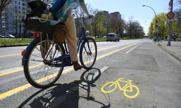 Un dels nous carrils bici temporals de Berlín, ampliats per permetre que els ciclistes es mantinguin més lluny. (Font: The Guardian / Fotografia: Annegret Hilse / Reuters)
